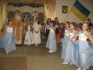 Миколай з ангелами оглядають концертну програму